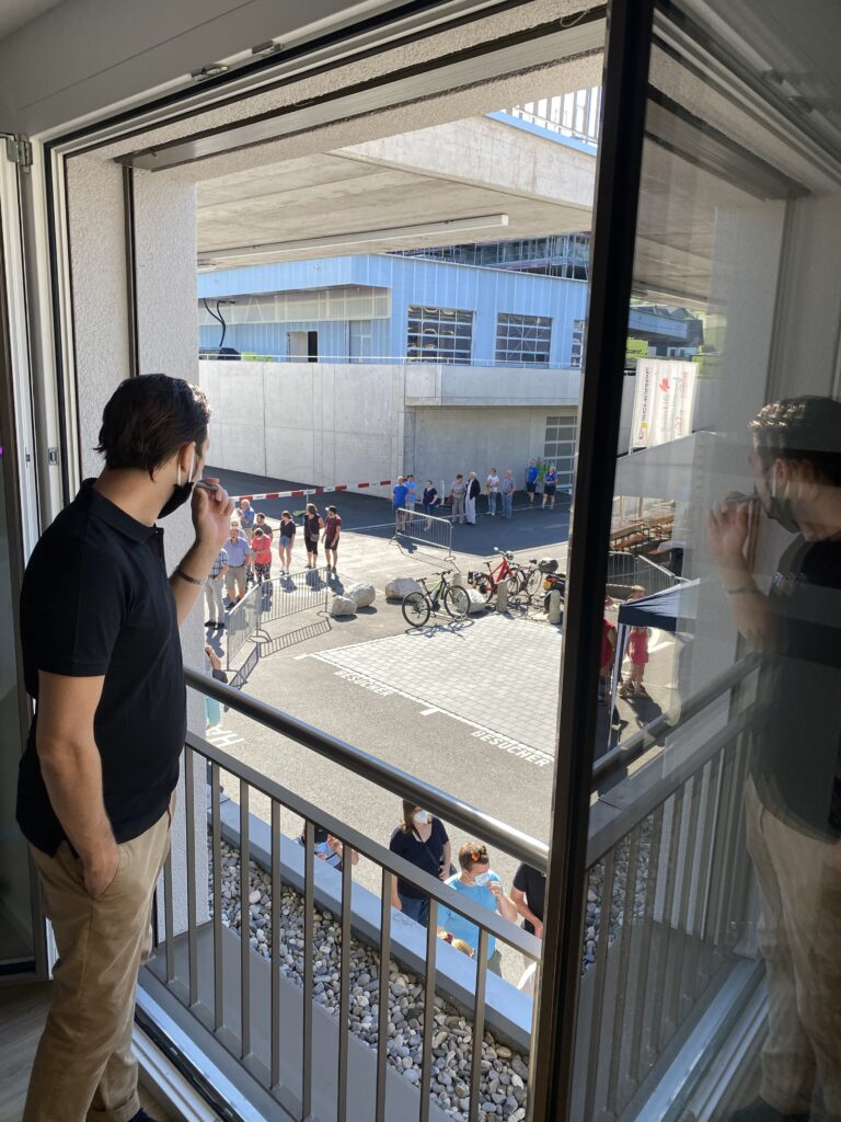 Die Leute stehen Schlange beim Tag der offenen Tür(en)