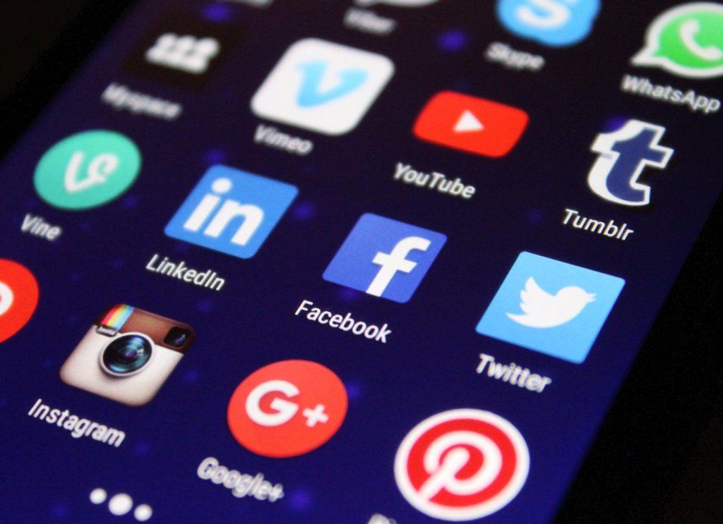 Es zeigt diverse Social Media Plattformen deren Icons