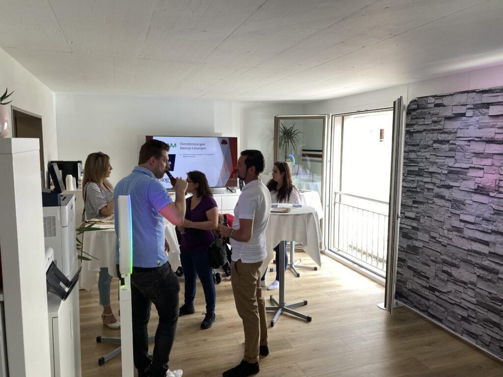 Besucher am Tag der offenen Tür(en) im Büro der CRYPE Solutions GmbH