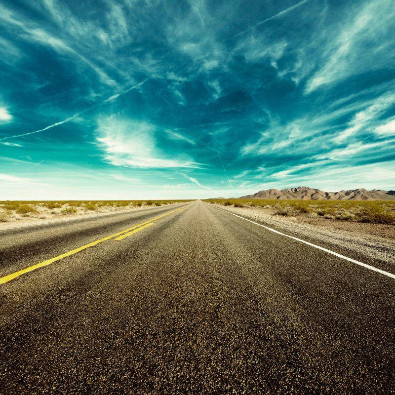 Bild auf der Strasse mit schöner Landschaft