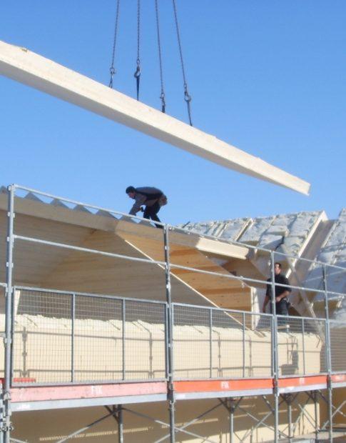 Die Pius Schuler AG beim Aufbau eines Daches mit deren Blockholz