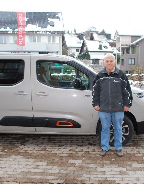 Heinz Imbach mit seinem Auto, in welchem er die Produkte aus seinem Shop liefert